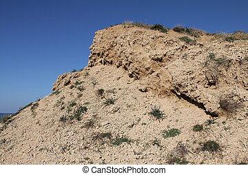 Cliff en el fondo del cielo azul