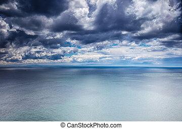 Clima nublado sobre el mar