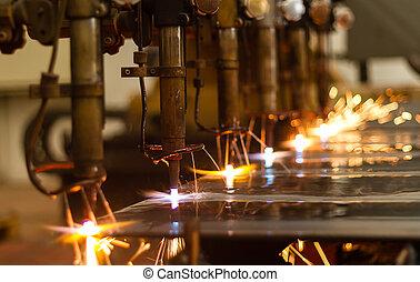 CNC LPG cortando con chispas cercanas