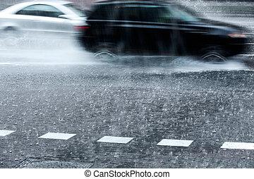 Coches borrosos en lluvia torrencial