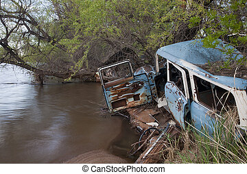 coches, chatarra, río