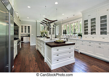 Cocina con armario blanco