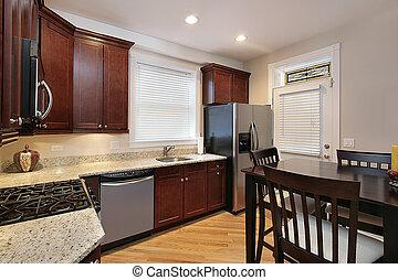 Cocina con armarios de madera de cerezo