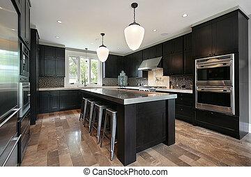 Cocina con armarios de madera oscura
