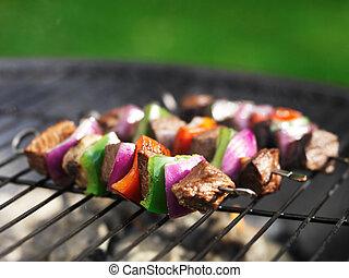 Cocinando kebabs de carne en la parrilla