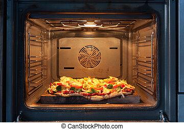 Cocinar pizza en el horno de aire caliente