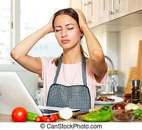 cocinero, computador portatil, infeliz, tratar, niña