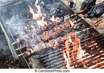 cocinero, meat-kebab., se prepara