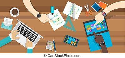 Colaboración de escritorio trabajando juntos en el ordenador de la mesa