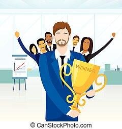 colega, taza, premio, empresa / negocio, conseguir, ganador, gente, felicitar, hombre
