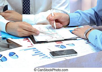 Colegas de negocios trabajando juntos y analizando higos financieros