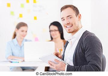 colegas, el suyo, trabajando, tableta, team., joven, creativo, alegre, mientras, plano de fondo, digital, utilizar, hombre sonriente, anteojos