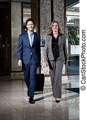 colegas, empresa / negocio, hotel, confiado, entrar, vestíbulo