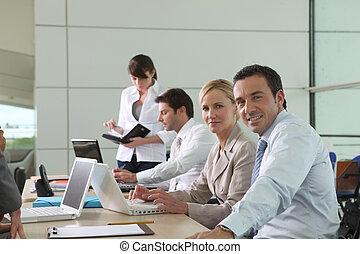 colegas, oficina, trabajando, computadoras de computadora portátil, ambiente