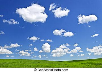 Colinas rodantes verdes bajo el cielo azul
