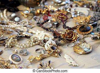 Collares antiguos y joyas a la venta en la tienda de antigüedades