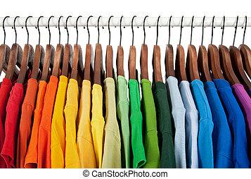 Colores arco iris, ropa en perchas de madera