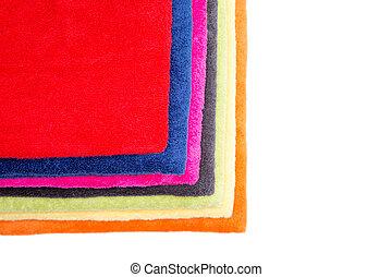 Colorida pila de toallas limpias y esponjosas
