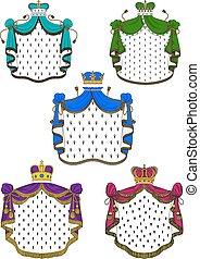 Coloridas mantos y coronas ceremoniales reales