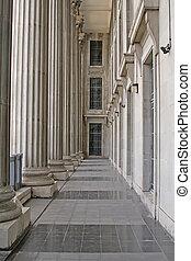 Columnas de piedra en un edificio judicial