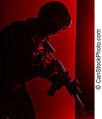 Combatiente SWAT con rifle de asalto silenciado