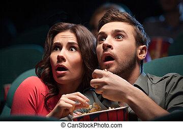 comida, cine, película, horror, mirar, movie., joven, mientras, aterrorizado, palomitas, pareja