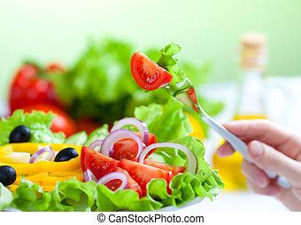 Comida sana y fresca ensalada de verduras y tenedor