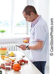 Comida. Un hombre precioso en la cocina