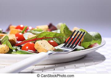 Comida verde para la salud en el plato sobre la mesa
