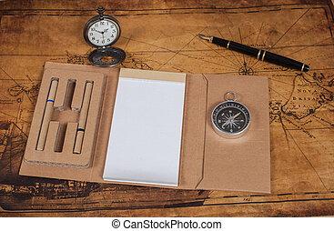 Compás con un libro de notas en el viejo estilo del proceso antiguo