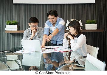 Compañeros de trabajo discutiendo en la sala de reuniones en la oficina