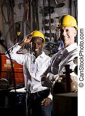 Compañeros multiétnicos en la sala de mantenimiento