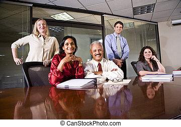 Compañeros multiétnicos en una sala de conferencias