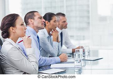 Compañeros pensantes escuchando la presentación