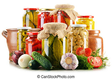 Composición con frascos de verduras en vinagre. Comida marinada