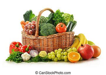 Composición con verduras y frutas en la cesta de mimbre, aislada en blanco