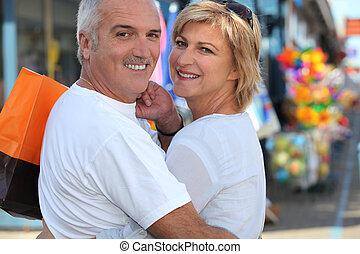 Compras de pareja de mediana edad