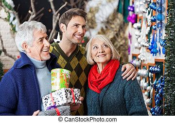Compras familiares en la tienda de Navidad
