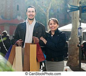 compras, medio, pareja, sonriente, bolsas, viejo