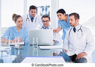 computador portatil, equipo, utilizar, concentrado, juntos, médico