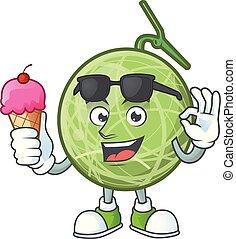 Con la mascota de dibujos de melón de helados sobre fondo blanco.