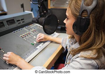 Concéntrese en un bonito anfitrión de radio moderando
