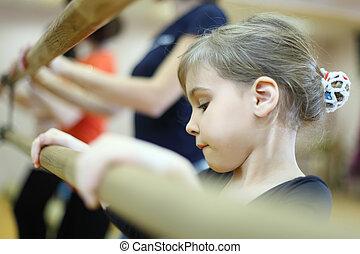 concentrado, poco, marco, ballet, cara, grande, espejo, niña, clase