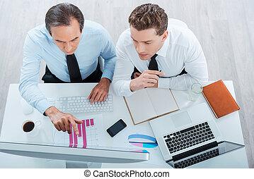 concentrado, trabajando, empresarios, cima, sentado, dos, formalwear, mirar, mientras, computadora, lugar, juntos., descubrimiento, vista, soluciones