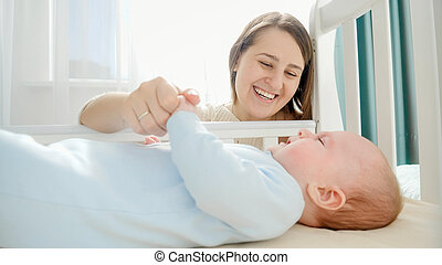 concepto, familia , bebé, acariciando, ella, felicidad, parenting, poco, amoroso, madre, desarrollo, cradle., sonriente, cuidado