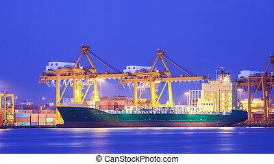 Concepto logístico, transporte de cargueros importado en puerto y grulla