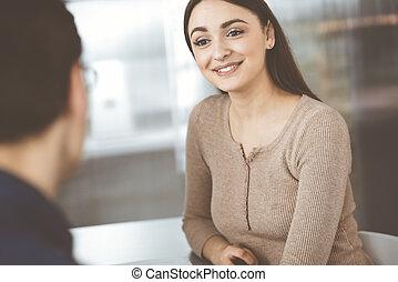 concepto, otro, joven, moderno, foco, hablar, gente, oficina., sentado, mientras, cada, éxito, empresa / negocio, escritorio, woman.