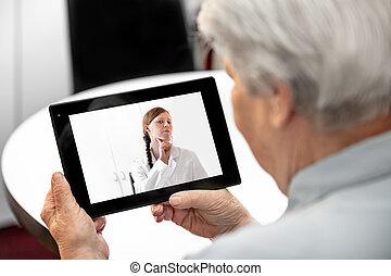Concepto Telemedicina y tratamiento de distancia, anciana y tableta con una doctora