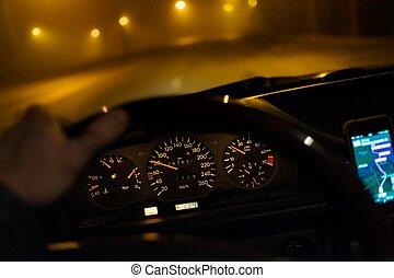 Conduciendo coches durante baja visibilidad por la noche