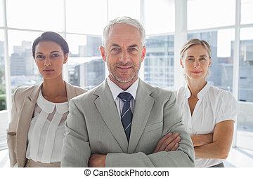 confiado, posición, colegas, hombre de negocios, frente